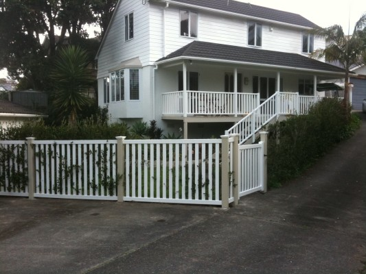 FPL-HBA Fence and Gate with Tan posts